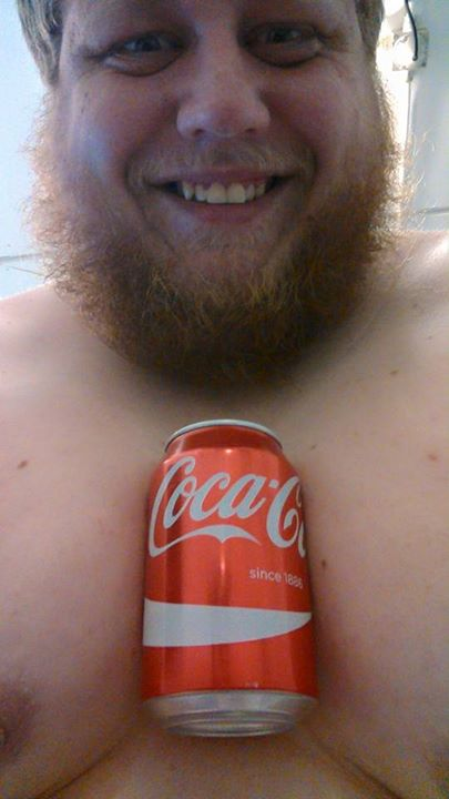 Tenir une bouteille de coca entre ses seins